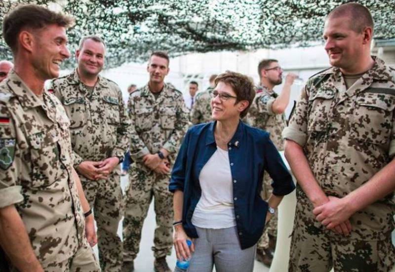 Один пытался изнасиловать сослуживца, другой снимал: немецкие солдаты НАТО оскандалились на вечеринке. Обвинили русских