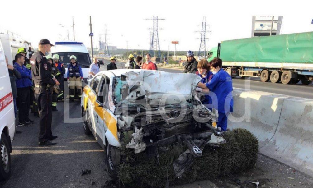 В Москве таксист-неадекват протаранил поливальную машину – погибли все пассажиры, включая ребенка