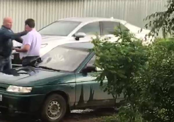 В Волжском водитель депутата-единоросса избил замдиректора детского центра