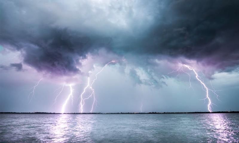 Молния убила двух человек на пляже в Свердловской области