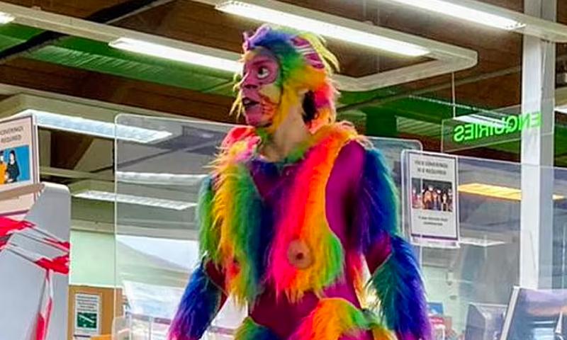 Радужная обезьяна с пенисом в библиотеке: праздник для детей в Лондоне возмутил весь мир