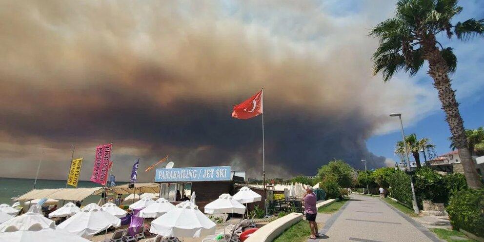 Анталья в огне, туристы на месте: лесные пожары в Турции не спугнули россиян