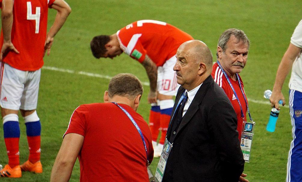 Российские болельщики хотят уволить Черчесова по суду