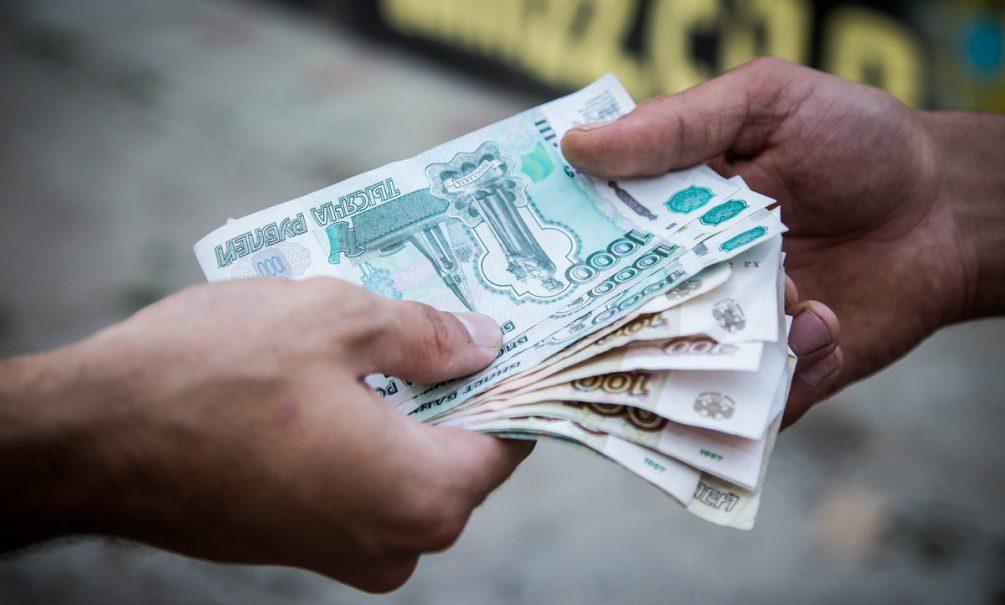 Экономисты советуют россиянам потратить рубли. И чем скорее, тем лучше