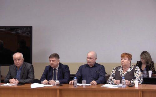 Евгений Шнейвас, второй слева, на заседании Совета Волховского района