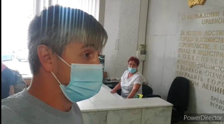 Вахтеры в мэрии Челябинска набросились на депутата из-за шорт