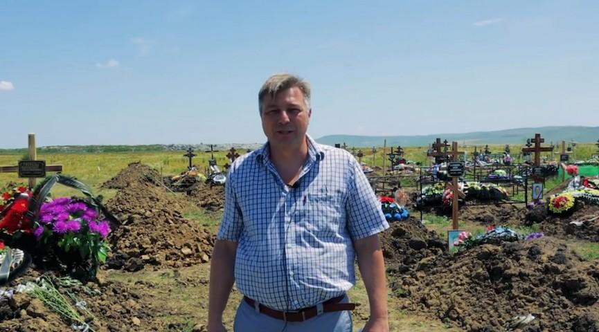 Красноречивее слов: директор кладбища на Ставрополье показал свежие могилы, уговаривая вакцинироваться
