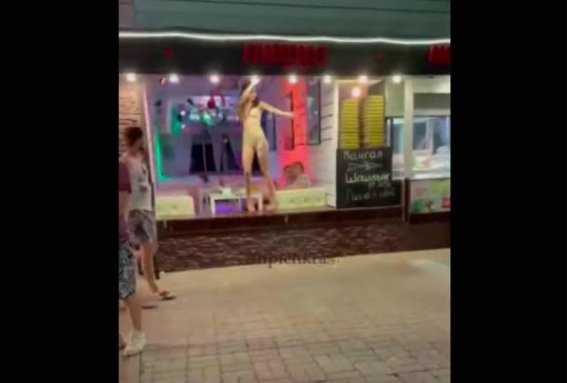 Перепутали? В Сочи пиццерия заманивает посетителей девушкой, танцующей в витрине