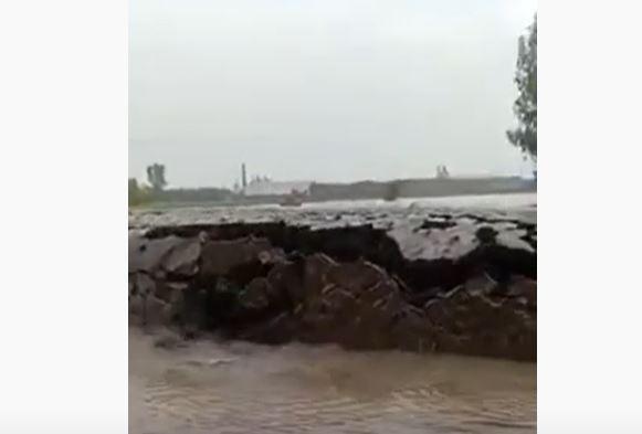 Земля  вырастает прямо из озера: уникальную природную аномалию сняли на видео в Индии