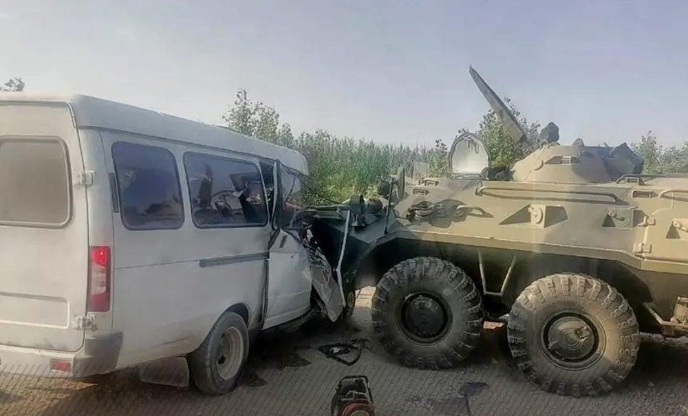 Две пенсионерки погибли при лобовом столкновении бронетранспортера и маршрутки на Ставрополье