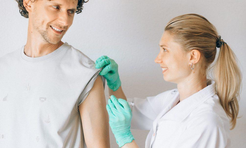 Ученые: прививка от гриппа поможет избежать осложнений коронавируса