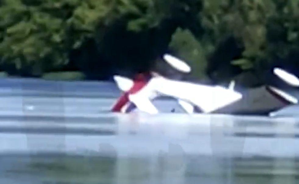 В Подмосковье при посадке на реку перевернулся самолет-амфибия