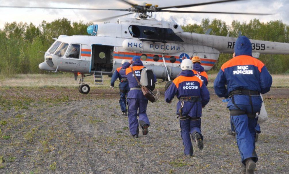 Вертолет с туристами на борту упал в озеро на Камчатке, есть погибшие