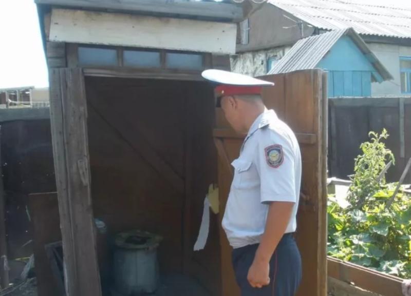 Ставропольский полицейский в деревенском туалете потерял табельный пистолет