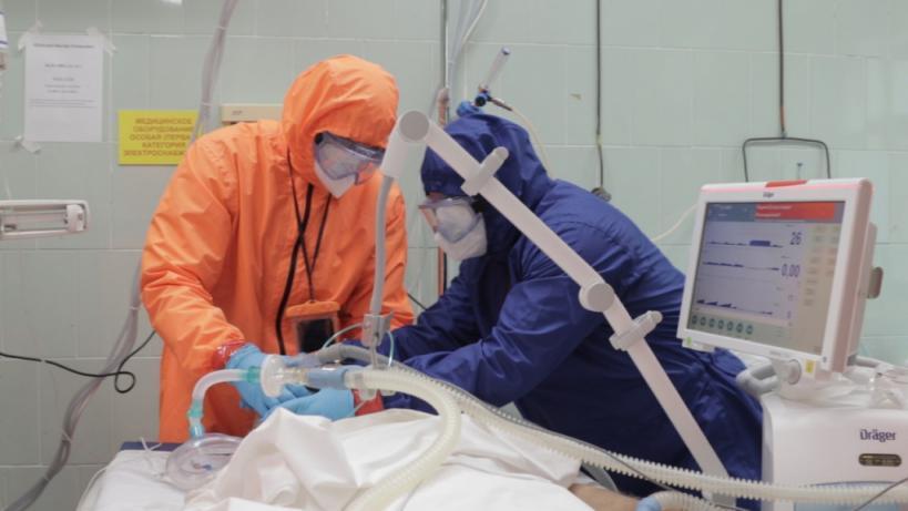«Тяжелых больных исмертей стало больше вразы: что насамом деле происходит вкрасной зоне ковидного госпиталя