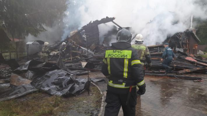 Тела трех погибших нашли в сгоревшем гостевом доме под Псковом