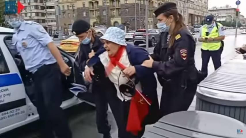 Московские полицейские задержали старушку за чтение стихов в адрес