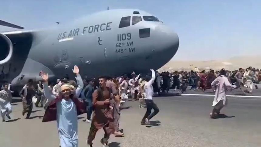 Верная смерть: зацепившегося во время полета за фюзеляж самолета афганца сняли на видео