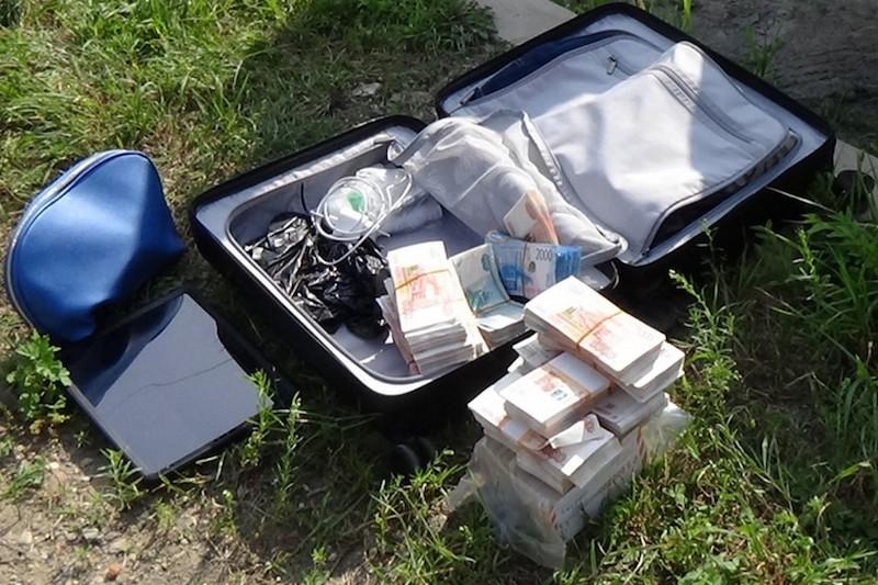 Так торопился, что забыл: мужчина оставил на обочине чемодан с 15 миллионами