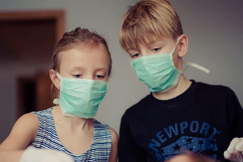 «Становится сложней»: иммунолог предупредил о массовом заражении детей коронавирусом