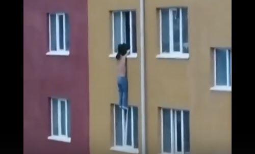 Чудесное спасение мужчины, выпавшего из окна во время семейной ссоры, попало на видео