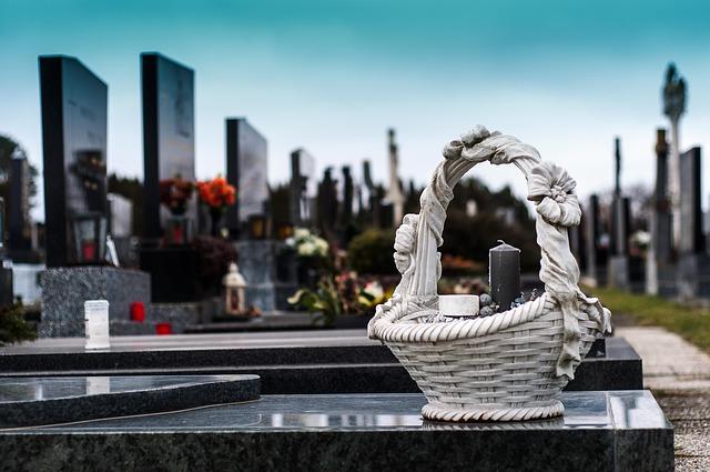 Памятники на могилы в Санкт-Петербурге: учимся правильно делать выбор