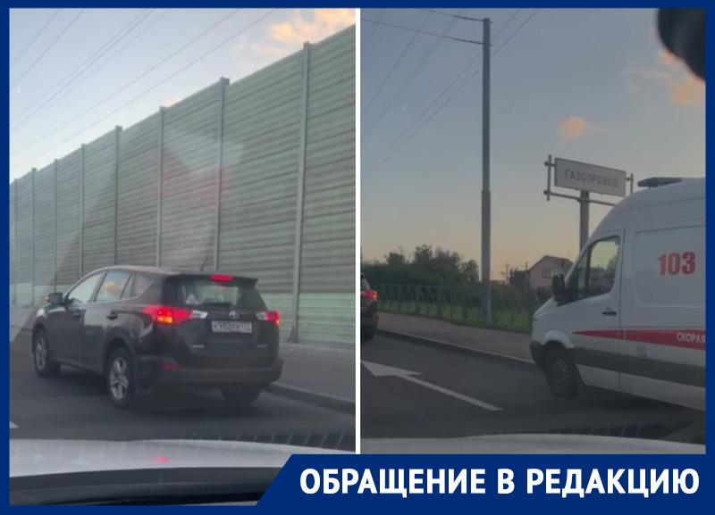 «Нуичто, что спецтранспорт»: вМоскве хозяин элитной иномарки заблокировал проезд скорой помощи