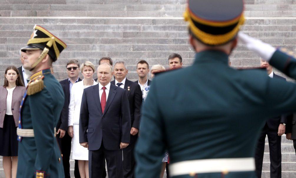 Путин решил разово дать денег всем пенсионерам и военнослужащим