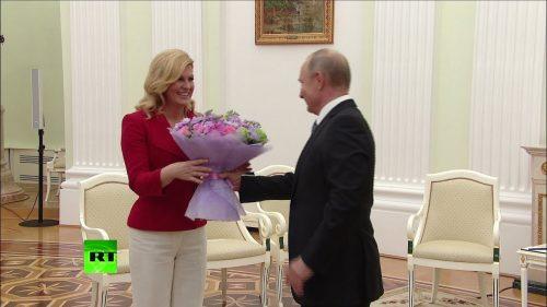 Военкор пошутил над судьбой подаренного Путиным Меркель букета пионов