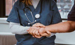 Что нас должно насторожить: врач назвал самые ранние симптомы онкологии