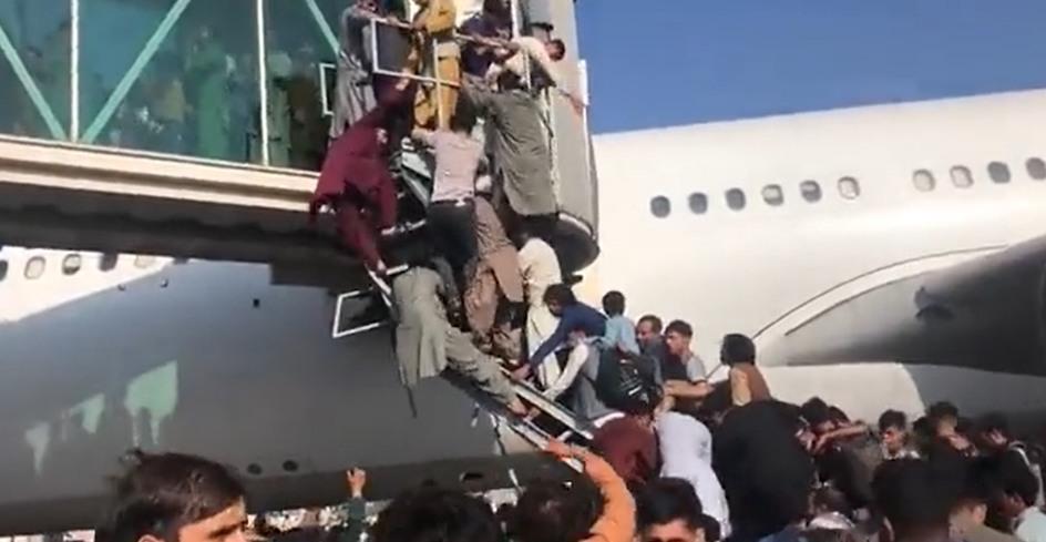 Афганцы в отчаянии штурмуют самолеты: несколько человек погибли в аэропорту Кабула из-за стрельбы военных США