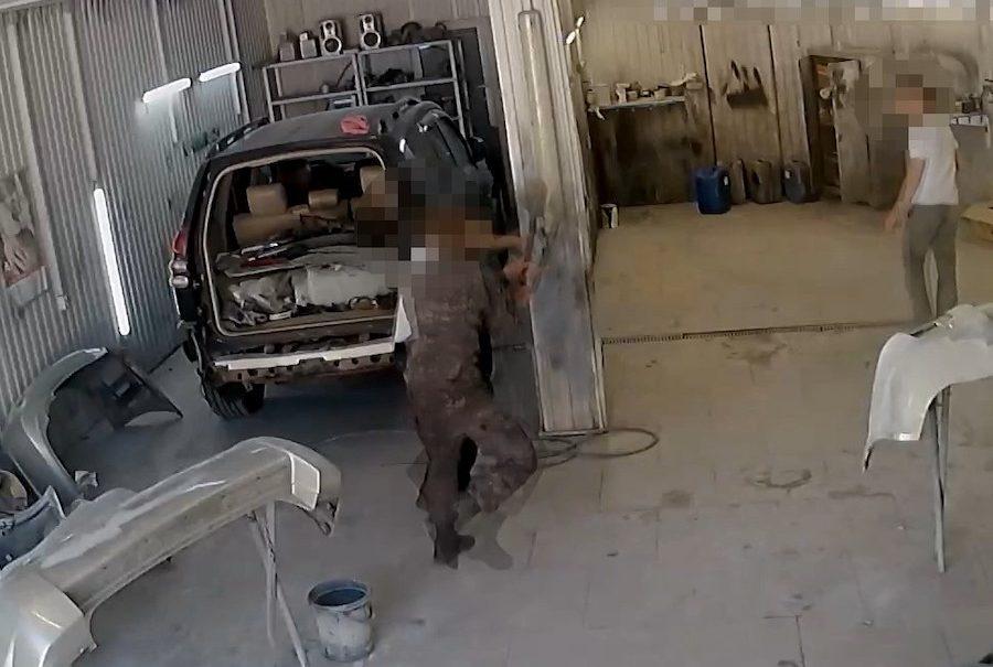 Ставрополец избил лопатой сотрудника автосервиса и попал в объектив камеры наблюдения
