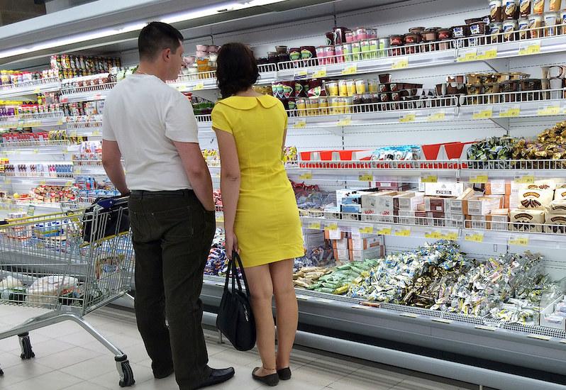 Цены «пухнут», товары «худеют»: сотрудник супермаркета сравнил стоимость продуктов в 2017 году и 2021 году