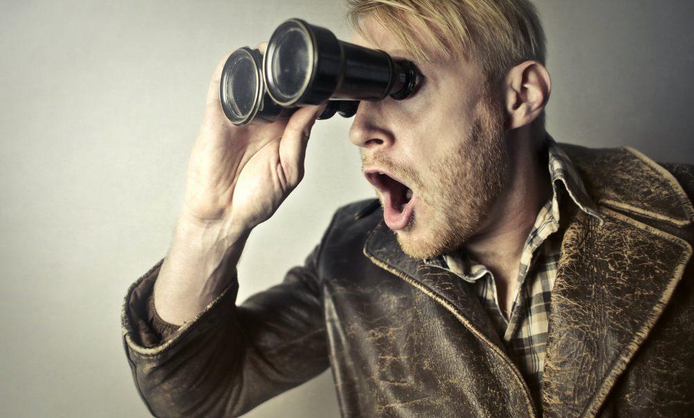 Россиян предупредили о крупном штрафе за подглядывание в чужие окна