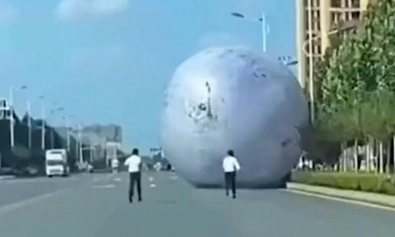 Гигантская Луна прокатилась по улицам китайского города, напугав жителей до полусмерти