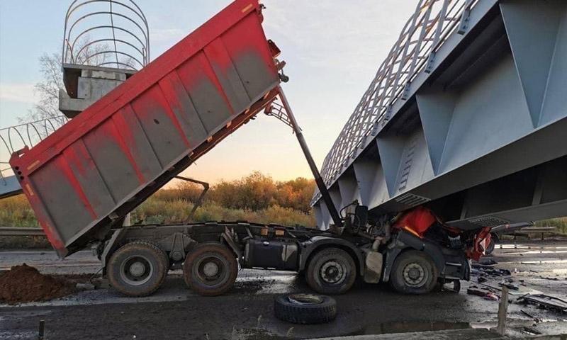Мост рухнул на трассу и раздавил двух человек под Пермью