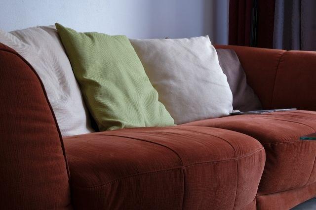 В Москве из арендованной квартиры выбросили старый диван, в котором хозяйка прятала 300 тысяч рублей