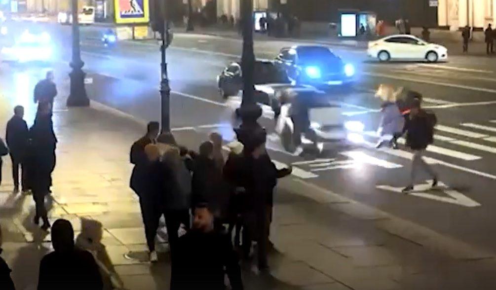 В Санкт-Петербурге молодой лихач на BMW снес девушек на «зебре». Видео