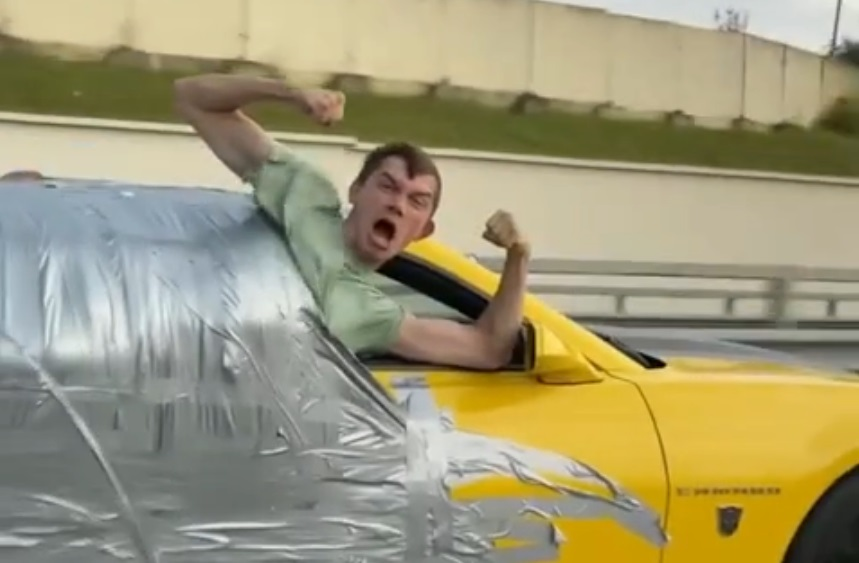 В Сочи блогера приклеили скотчем к машине и прокатили по трассе, разогнавшись до 180 км/ч