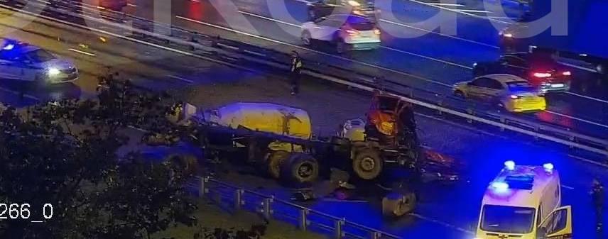 Видео: бетономешалка вылетела с эстакады в Москве и рухнула на шоссе