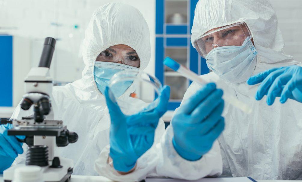 Вирусолог рассказала, чем опасны для окружающих люди, защищенные от коронавируса генетически