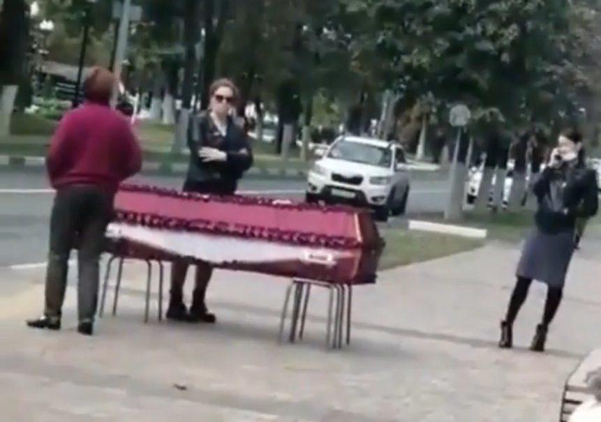 Жительница Балашихи привезла к зданию администрации гроб с телом сестры