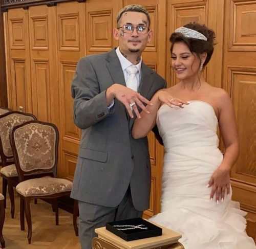 1200 бриллиантов и 9 млн рублей каждое: как выглядят обручальные кольца-наручники Моргенштерна и Дилары