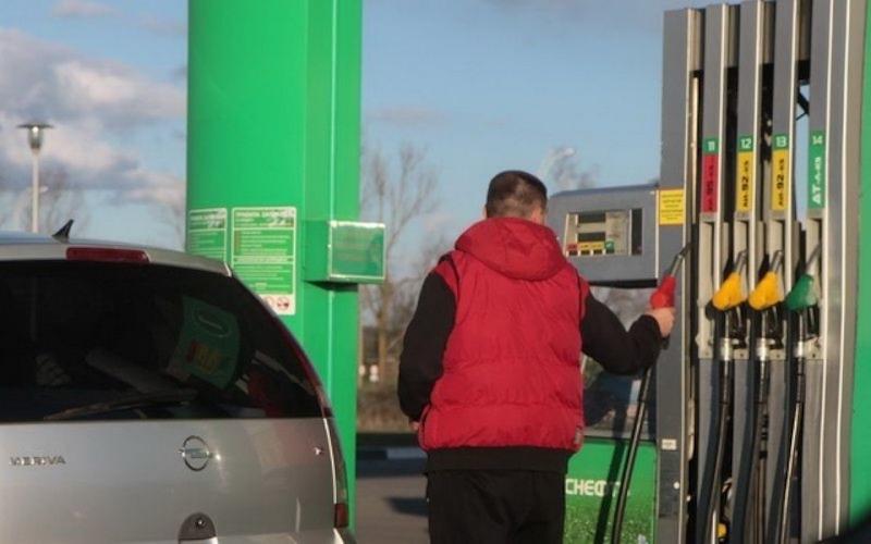 Впервые за год: цены на бензин в России упали