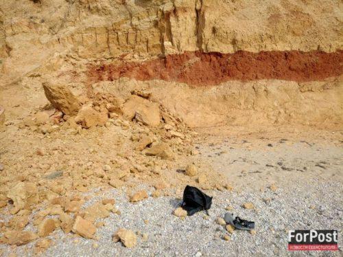 В Крыму на нудистском пляже на парня и девушку обрушился песчаный склон
