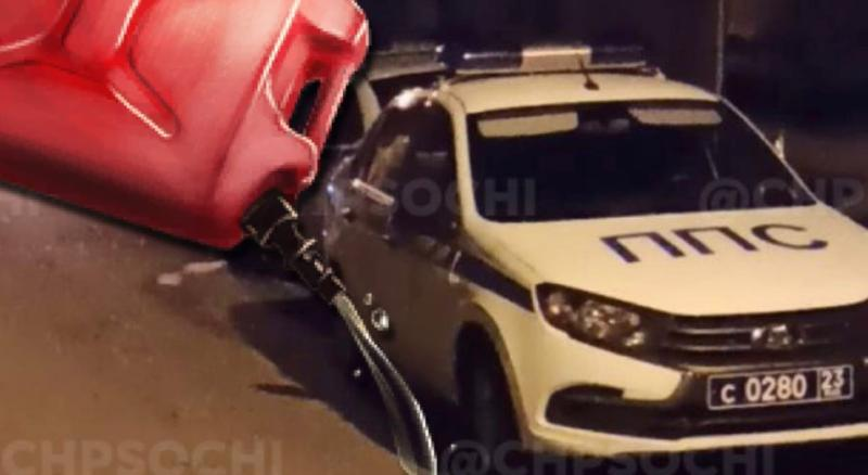 Опубликовано видео дебоша жителя Сочи, который облился бензином и заперся с гранатой