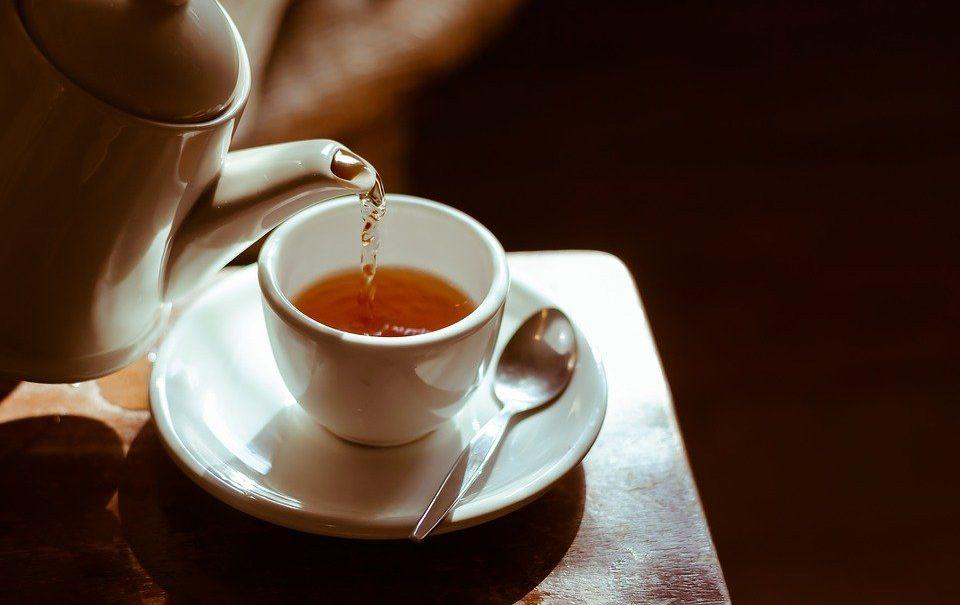Диетолог рассказала, кому вредно пить чай