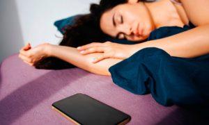 Невролог рассказала, почему нельзя спать рядом со смартфоном