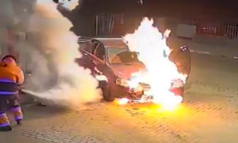 Видео: автозаправщик в Самаре остановил пожар под капотом до прибытия пожарных