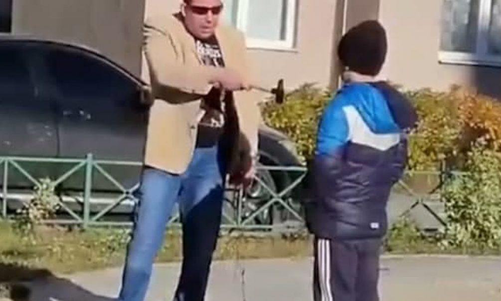 В Екатеринбурге на видео попал мужчина угрожавший молотком ребёнку